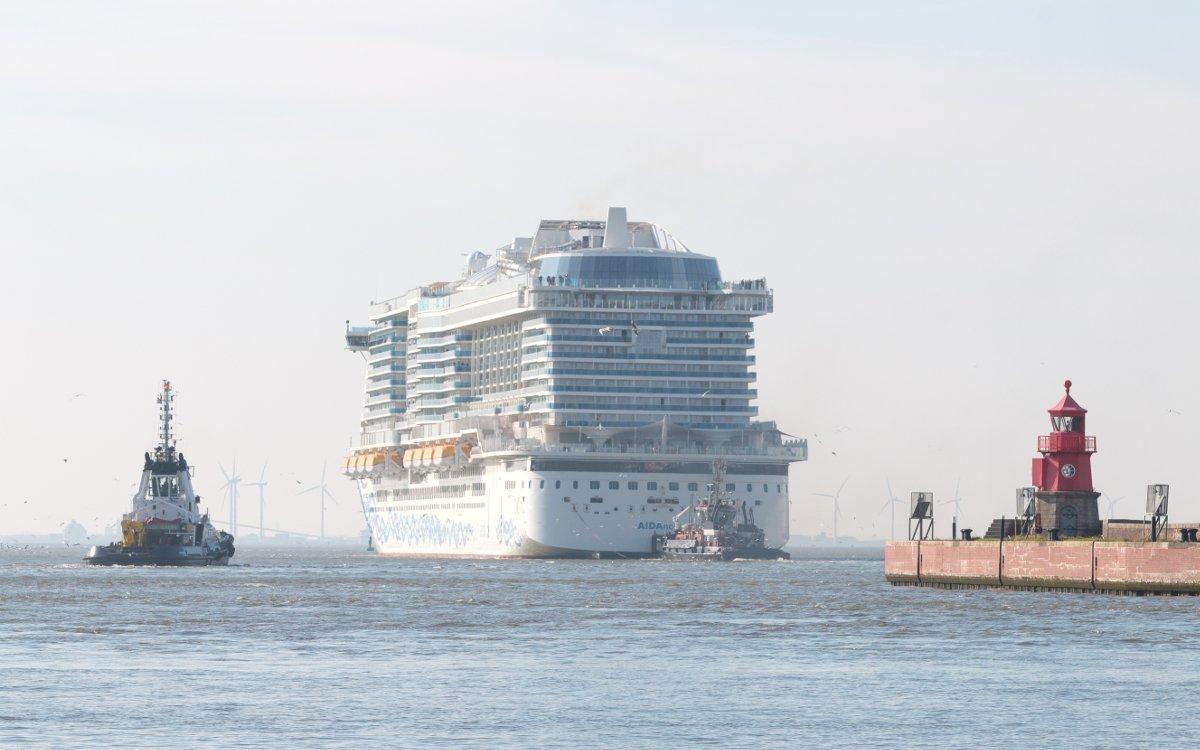 Die AIDA in Emden auf dem Weg ins Meer