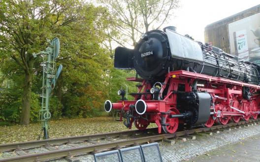 Ein Stück Bahngeschichte: Die Dampflok 043 903-4 vor dem Emder HBF, im Hintergrund ein Hochbunker