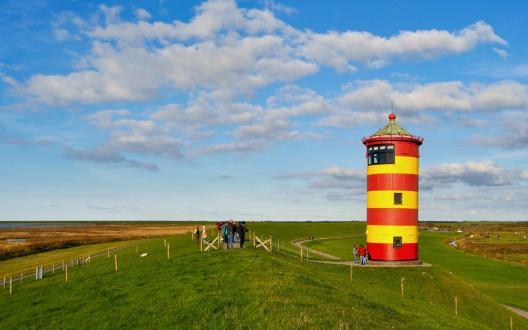 Das Wahrzeichen Ostfrieslands: Der Pilsumer Leuchtturm im Nationalpark Niedersächsisches Wattenmeer