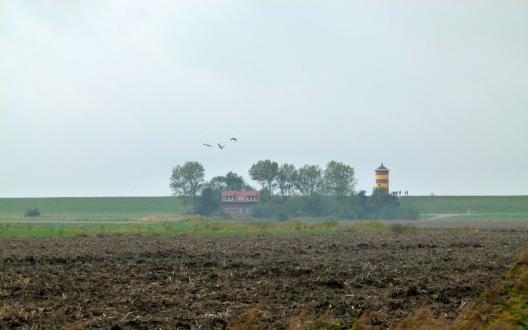 Der Pilsumer Leuchtturm im Nebel