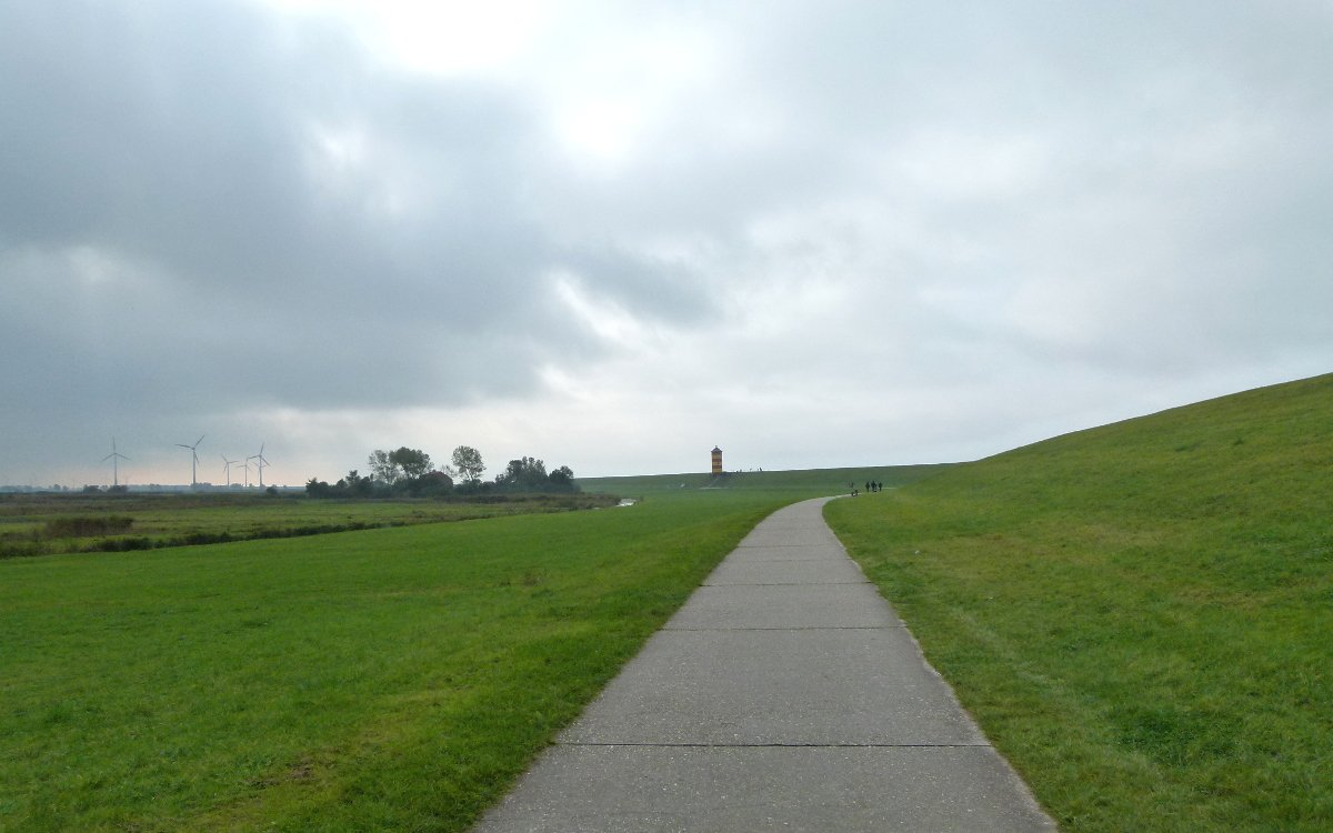 Wandern auf dem Deich von Greetsiel zu Ottos Leuchtturm