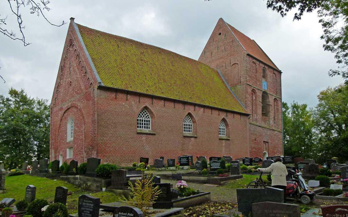 Kirche in Suurhusen und Friedhof