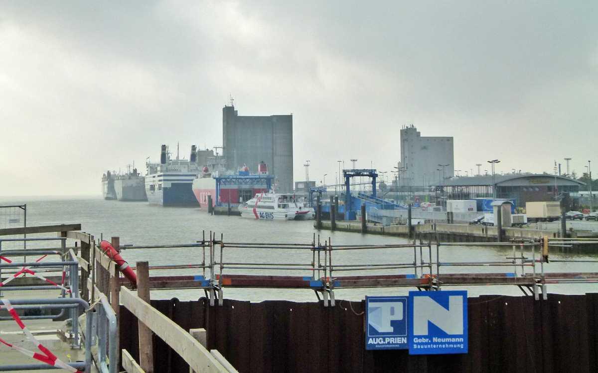 Große Autoverladeschiffe in Emden Außenhafen, hier von der Nesserlander Schleuse gesehen, die 2016 noch Baustelle war