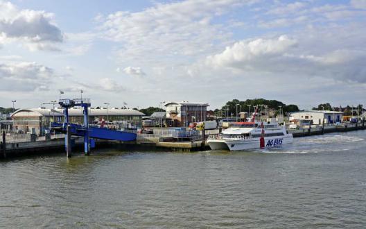 Emden Außenhafen: Bahnhof, Fähranleger nach Borkum und Katamaran, MS Nordlicht