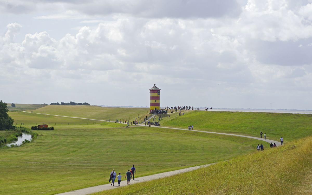 Viele Menschen unterwegs zum Pilsumer Leuchtturm an einem der wenigen Besichtigungstermine im Jahr